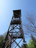 Alta torre di osservazione di legno con la piattaforma di osservazione sopra la montagna di Mogielica, Polonia Immagine Stock