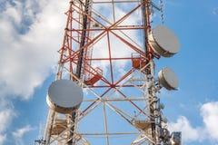 Alta torre di telecomunicazione della rete con i riflettori parabolici Immagine Stock Libera da Diritti