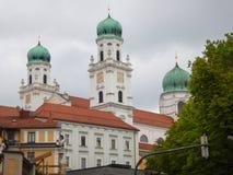 Alta torre di una chiesa famosa in passau Fotografie Stock