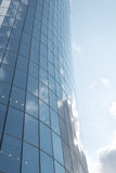 Alta torre di vetro dentro in città Immagini Stock