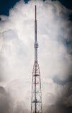 Alta torre e cielo della TV con le nuvole nel fondo. Fotografie Stock