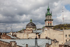 Alta torre fra i vecchi tetti, Leopoli Fotografie Stock Libere da Diritti