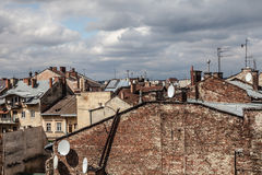 Alta torre fra i vecchi tetti, Leopoli Fotografia Stock