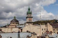 Alta torre fra i vecchi tetti, Leopoli Immagine Stock
