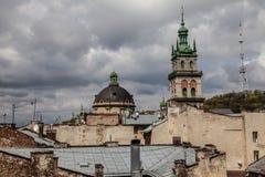 Alta torre fra i vecchi tetti, Leopoli Immagine Stock Libera da Diritti
