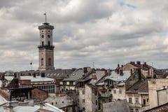 Alta torre fra i vecchi tetti, Leopoli Fotografie Stock