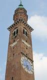 Alta torre nel quadrato principale con l'orologio Fotografia Stock Libera da Diritti