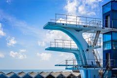 Alta torre per l'immersione al cielo pubblico di estate e della piscina con il gabbiano come fondo Visione d'annata Concetto di Fotografia Stock