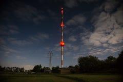 Alta torre radiofonica alla notte Fotografia Stock