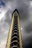 Alta torre residencial moderna de la subida Fotografía de archivo libre de regalías