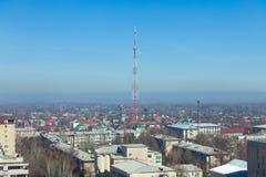 Alta torre telecommunicating en el centro de la ciudad foto de archivo