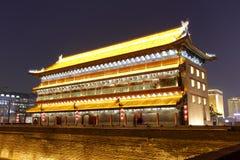 Alta torretta antica sul muro di cinta di xian Immagini Stock