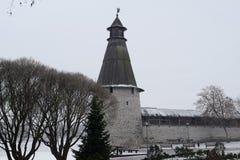 Alta torretta La parete della città della rotonda Pskov La Russia Fotografia Stock