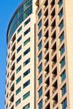 Alta torretta moderna del condominio all'indicatore luminoso di primo mattino Fotografia Stock