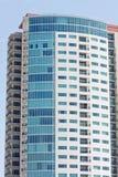 Alta torretta variopinta del condominio di aumento Fotografie Stock