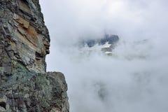Alta traccia alpina e nebbia pesante in Glacier National Park Fotografie Stock