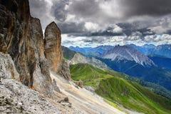 Alta traccia di Carnic nell'ambito di parete rocciosa ripida sul confine dell'Italia Austria fotografia stock libera da diritti