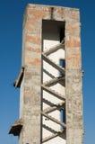 Alta vecchia costruzione demolita Fotografia Stock