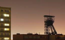 Alta vecchia piattaforma di produzione nel centro della città di notte Immagini Stock