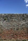 Alta vecchia priorità bassa del cielo blu del muro di mattoni Fotografia Stock Libera da Diritti