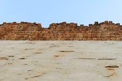 Alta vecchia priorità bassa del cielo blu del muro di mattoni Immagini Stock Libere da Diritti
