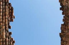 Alta vecchia priorità bassa del cielo blu del muro di mattoni Immagini Stock