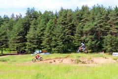 Alta velocità della motocicletta di motocross di salto di acrobazia dell'uomo immagine stock