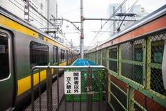 Alta velocità muoventesi del treno sulla ferrovia per trasporto Fotografia Stock Libera da Diritti