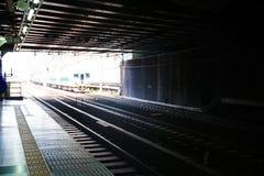 Alta velocità muoventesi del treno sulla ferrovia per trasporto Immagine Stock