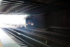 Alta velocità muoventesi del treno sulla ferrovia per trasporto Immagini Stock