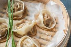 Alta vista ad angolo degli gnocchi cucinati dentro il vapore di bambù con il labbro parzialmente fuori Fotografia Stock Libera da Diritti