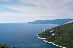 Alta vista aerea alla baia, alla penisola ed alla montagna del mare Immagini Stock Libere da Diritti