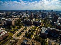 Alta vista aerea sopra la costruzione del capitale dello Stato del Texas con Austin Skyline nei precedenti Immagine Stock Libera da Diritti