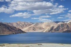 Alta vista al lago blu stupefacente della montagna Fotografia Stock