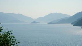 Alta vista de la bahía con las montañas en Marmaris almacen de metraje de vídeo