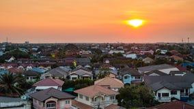 Alta vista de la casa y del edificio mientras que puesta del sol fotografía de archivo