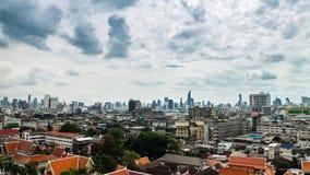 Alta vista de la ciudad de Bangkok con el paso de la nube al mediodía metrajes