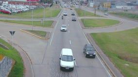 Alta vista de un camino donde diversos tipos de transportes circulan almacen de metraje de vídeo