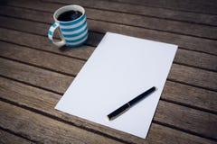 Alta vista del agnle di carta e della fontana dalla tazza di caffè Fotografia Stock