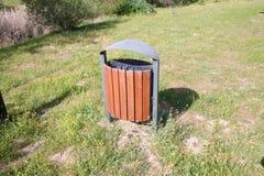 Alta vista del bidone della spazzatura di legno in parco Fotografia Stock Libera da Diritti