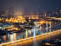 Alta vista del fiume di Chaopraya e luce di trasporto in barca Immagini Stock Libere da Diritti