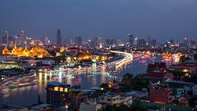 Alta vista del fiume e del trasporto di Chaopraya in fiume con le sedere Immagine Stock Libera da Diritti
