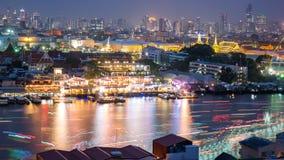 Alta vista del fiume e del trasporto di Chaopraya in fiume con le sedere Fotografie Stock Libere da Diritti