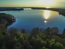 Alta vista del golfo di Finlandia, della foresta e delle isole al tramonto Fotografie Stock Libere da Diritti