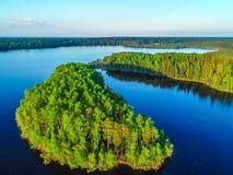 Alta vista del golfo di Finlandia, della foresta e delle isole al tramonto Fotografie Stock