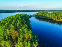 Alta vista del golfo di Finlandia, della foresta e delle isole al tramonto Fotografia Stock Libera da Diritti