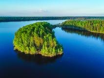 Alta vista del golfo di Finlandia, della foresta e delle isole al tramonto Fotografia Stock