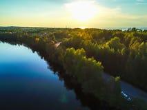 Alta vista del golfo di Finlandia, della foresta e delle isole al tramonto Immagini Stock