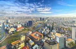 Alta vista del horizonte de Saigon cuando el sol de la tarde brilla abajo de urbano Fotos de archivo libres de regalías