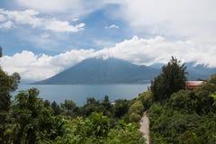 Alta vista del lago Atitlan e San Pedro Volcano - San Marcos La Laguna, lago Atitlan, Guatemala Fotografia Stock Libera da Diritti